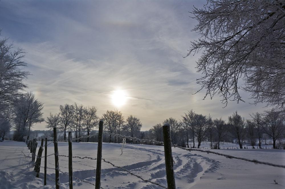 http://www.eifelmomente.de/albums/Nordeifel/Winter/2010_12_25_Tiefschnee_Simmerath/2010_12_25_-_090_Wiesen_am_Forsthaus_Simmerath_DNG_bearb.jpg