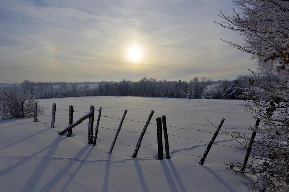 http://www.eifelmomente.de/albums/Nordeifel/Winter/2010_12_25_Tiefschnee_Simmerath/2010_12_25_-_105_Wiesen_am_Forsthaus_Simmerath_DNG_HDR_bearb.jpg