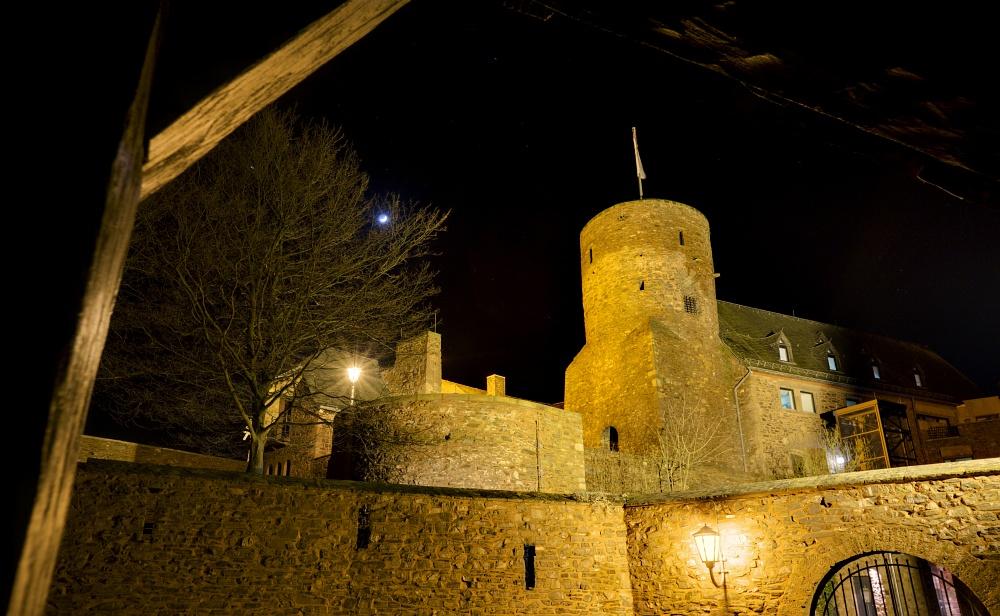 http://www.eifelmomente.de/albums/Nordeifel/Winter/2011_01_08-14_Hochwasser_Eifelregion/2011_01_09_-_163_Heimbach_DNG_DRI_bearb_ausschn.jpg