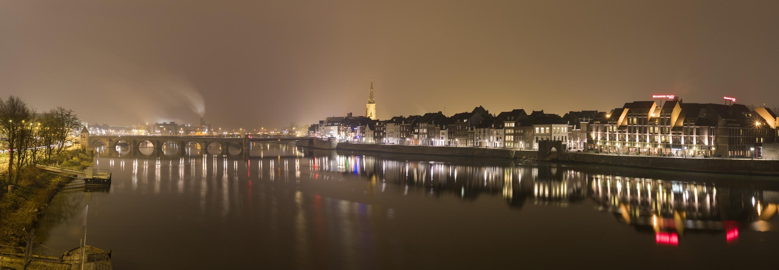 http://www.eifelmomente.de/albums/Nordeifel/Winter/2011_01_29-30_Nachtaufnahmen_Maastricht/2011_01_29_-_016_Maastricht_Maasufer_DNG_DRI_Pano_bearb.jpg