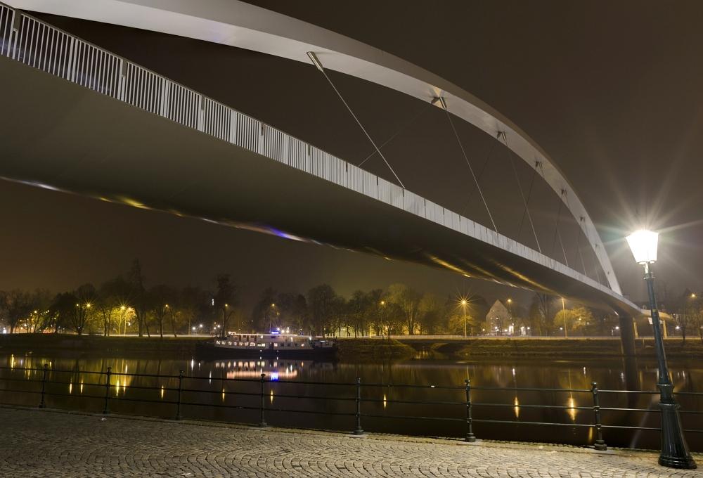 http://www.eifelmomente.de/albums/Nordeifel/Winter/2011_01_29-30_Nachtaufnahmen_Maastricht/2011_01_29_-_047_Maastricht_Hoge_Brug_DNG_DRI_bearb_ausschn.jpg