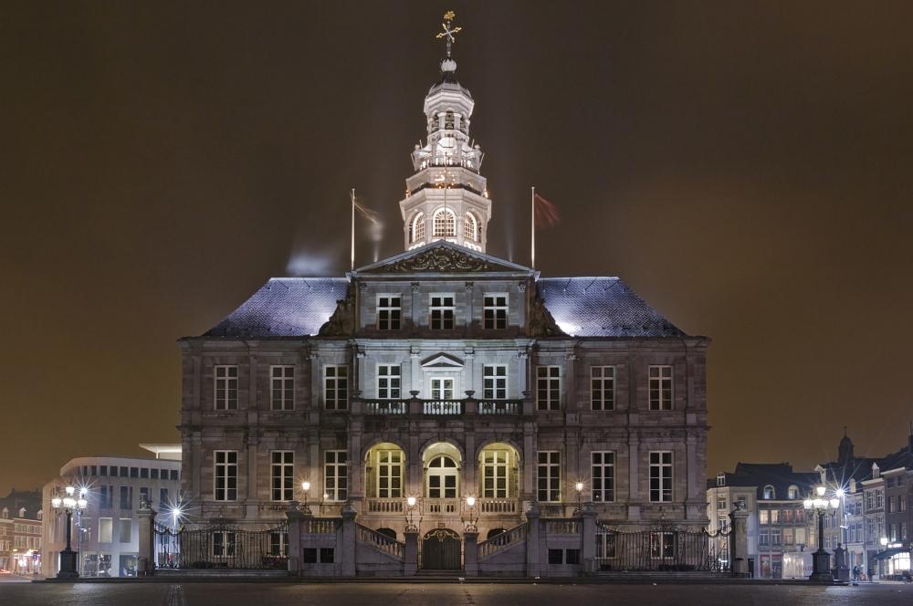 http://www.eifelmomente.de/albums/Nordeifel/Winter/2011_01_29-30_Nachtaufnahmen_Maastricht/2011_01_29_-_087_Maastricht_Stadhuis_DNG_bearb_entst_ausschn.jpg