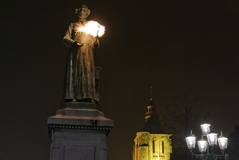 http://www.eifelmomente.de/albums/Nordeifel/Winter/2011_01_29-30_Nachtaufnahmen_Maastricht/2011_01_29_-_094_Maastricht_Markt_DNG_bearb_ausschn.jpg