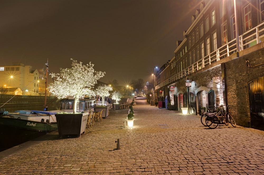 http://www.eifelmomente.de/albums/Nordeifel/Winter/2011_01_29-30_Nachtaufnahmen_Maastricht/2011_01_29_-_124_Maastricht_Bassin_DNG_DRI_bearb.jpg