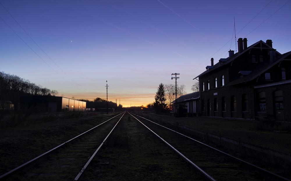 http://www.eifelmomente.de/albums/Nordeifel/Winter/2012_01_16_Bf_Raeren_u_Astrofotos/2012_01_16_-_178_Abends_Bahnhof_Raeren_DNG_DRI_bearb_ausschn.jpg