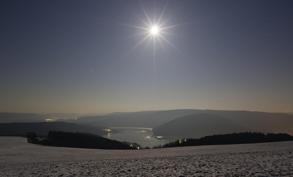 http://www.eifelmomente.de/albums/Nordeifel/Winter/2012_02_08_Vollmondnacht_Rursee/2012_02_08_-_12_Hoevel_DNG_bearb_ausschn.jpg