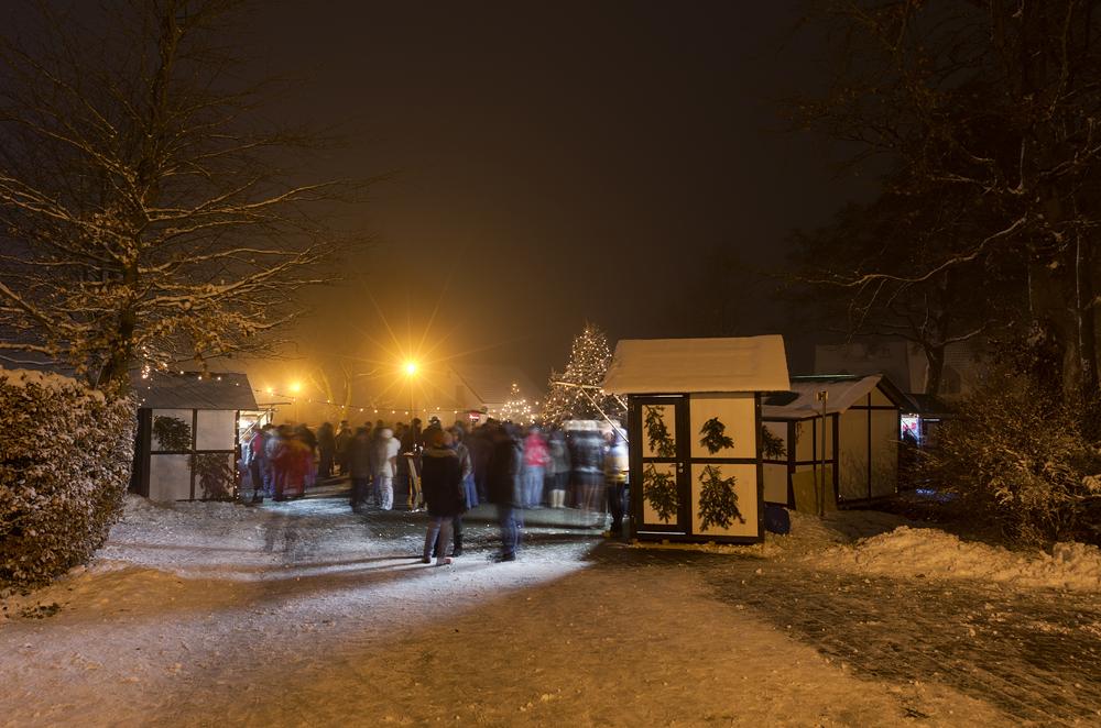 http://www.eifelmomente.de/albums/Nordeifel/Winter/2012_12_02_Abends_Fringshaus_Huppenbroich/2012_12_02_-_23_Huppenbroich_DNG_DRI_bearb.jpg
