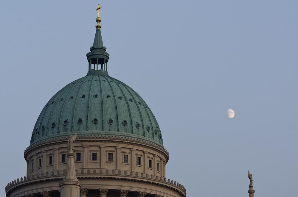 Die Potsdamer Nikolaikirche mit dem Mond