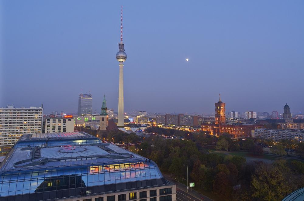 Der Alexanderplatz in der Abenddämmerung